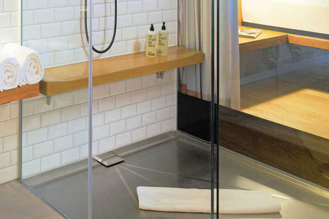 Stainless steel shower tray with SWISS GriP