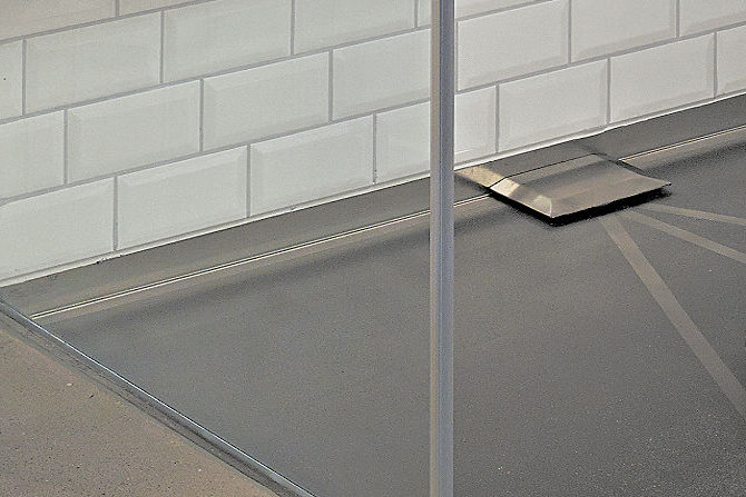 Shower with SWISS GriP ant- slip coating